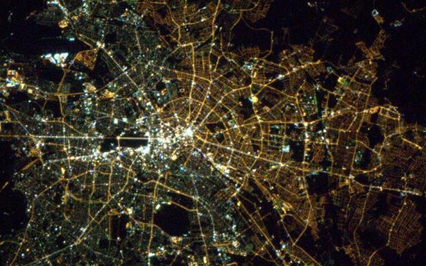 Niin kaupungit kuin yhteiskunnat rakentuvat nykyään verkostoina, eivät hierarkioina. Verkostojen kehittyminen edellyttää, että yksittäiset toimijat voivat vapaasti toimia parhaaksi katsomallaan tavalla. Kuva: Wikimedia/Nasa
